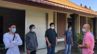 SEMARA Cipta (kanan) saat menyalurkan bantuan paket sembako ke Yayasan Pertuni dalam aksi sosial KPU Badung, Senin (26/7/2021). Kegiatan serupa akan dilakukan lagi menjelang HUT Kemerdekaan 17 Agustus 2021 mendatang. Foto: ist