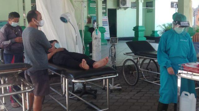 SUASANA teras Unit Gawat Darurat (UGD) RSUD Karangasem yang dipakai untuk merawat pasien umum kerena UGD dipenuhi pasien Corona. Foto: nad