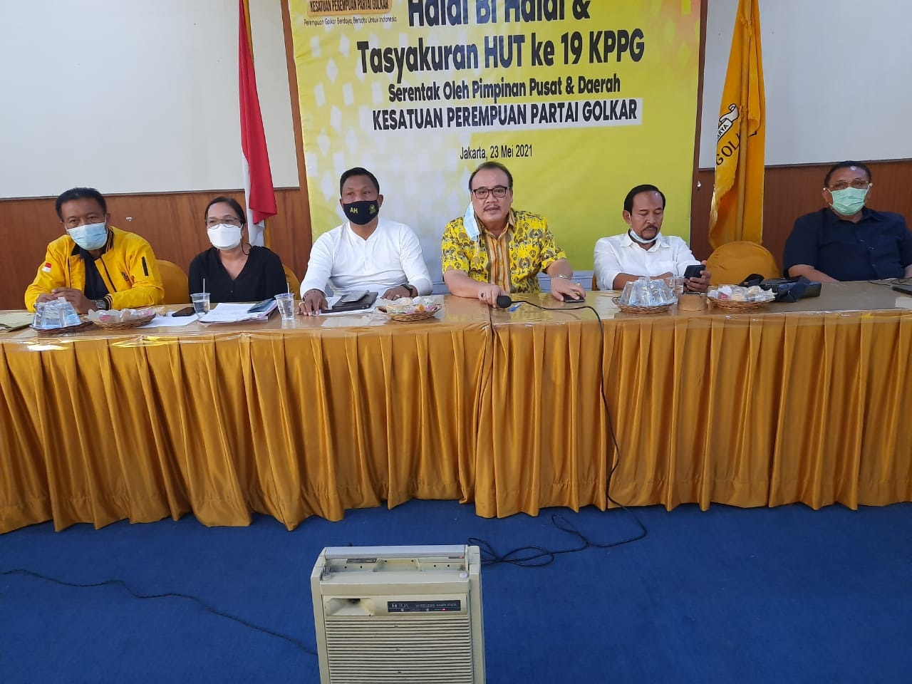 SUGAWA Korry menjelaskan penanganan LPD bermasalah yang dilakukan Bakumham DPD Partai Golkar Bali, Kamis (1/7/2021). Foto: ist