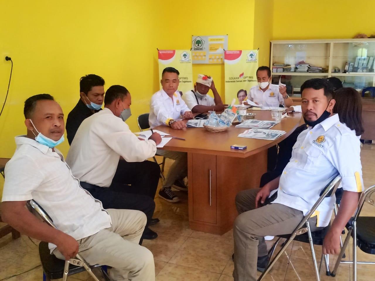 TIM Bakumham sedang memberi penjelasan kepada Bendesa Adat dan Ketua LPD Umacetra terkait berbagai kemungkinan hukum. Foto: ist