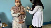 SALAH satu warga mengikuti kegiatan vaksinasi yang digelar di kantor DPW PAN NTB, Kamis (29/7/2021). Foto: rul