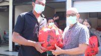 WAKIL Bupati Bangli, I Wayan Diar, menyerahkan paket sembako secara simbolis kepada masyarakat pembudidaya ikan yang terdampak semburan belerang Danau Batur, di rumah jabatan Bupati, Senin (26/7/2021). Foto: ist