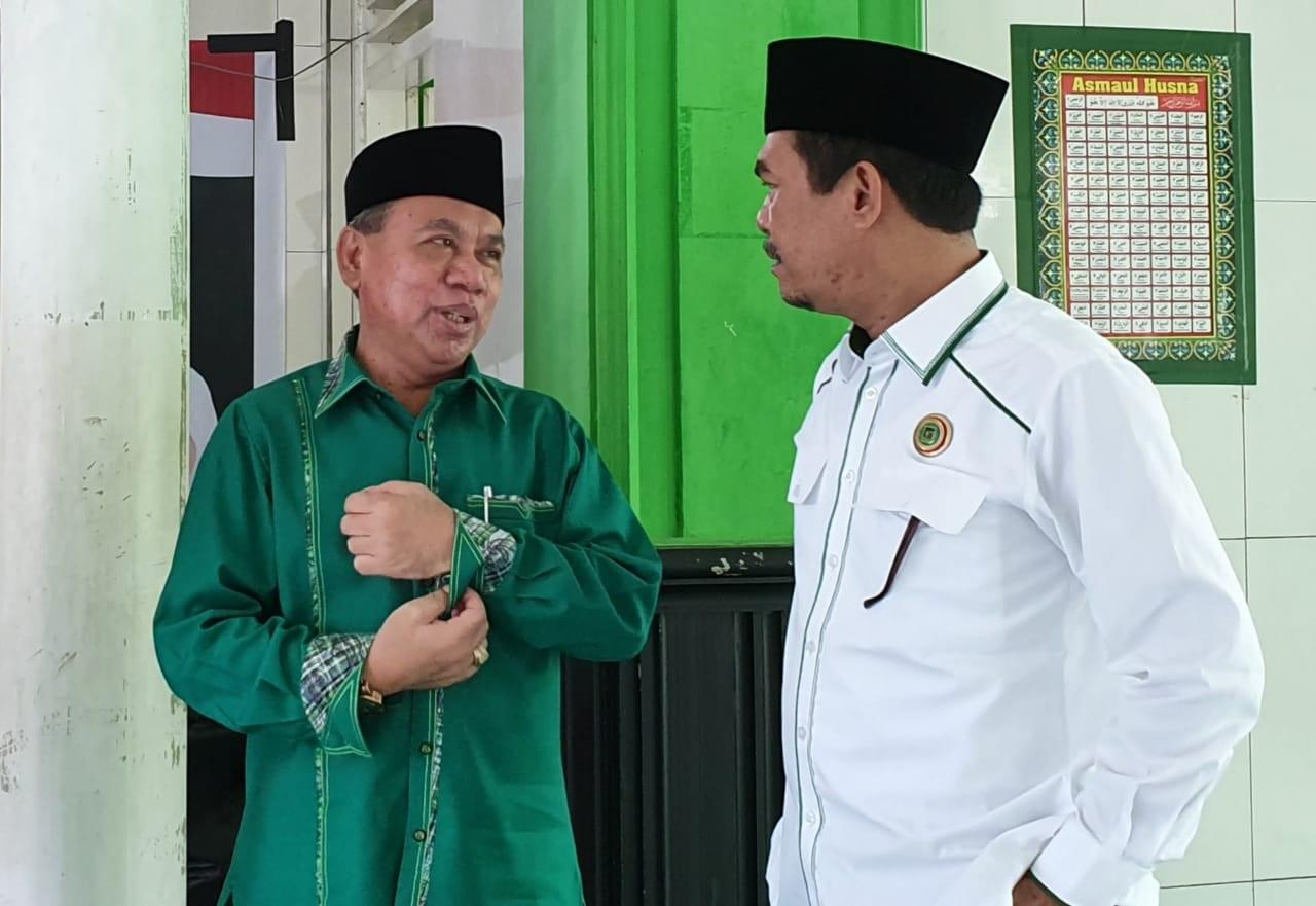 WAKIL Ketua DPRD NTB, Muzihir (kiri) saat berdiskusi dengan Nurdin Ranggabarani. Foto: rul