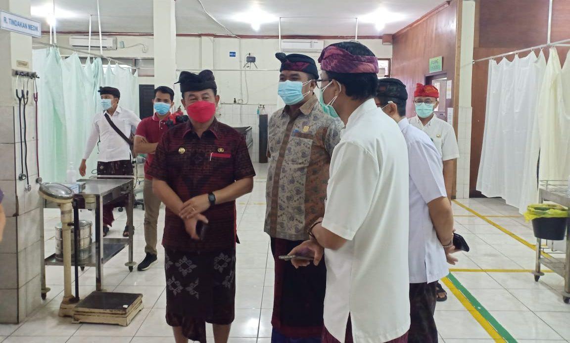 KETUA DPRD Karangasem, I Wayan Suastika, datang dan mengecek RSUD Karangasem, Kamis (15/7/2021), bersama Bupati Karangasem, I Gede Dana. Foto: ist