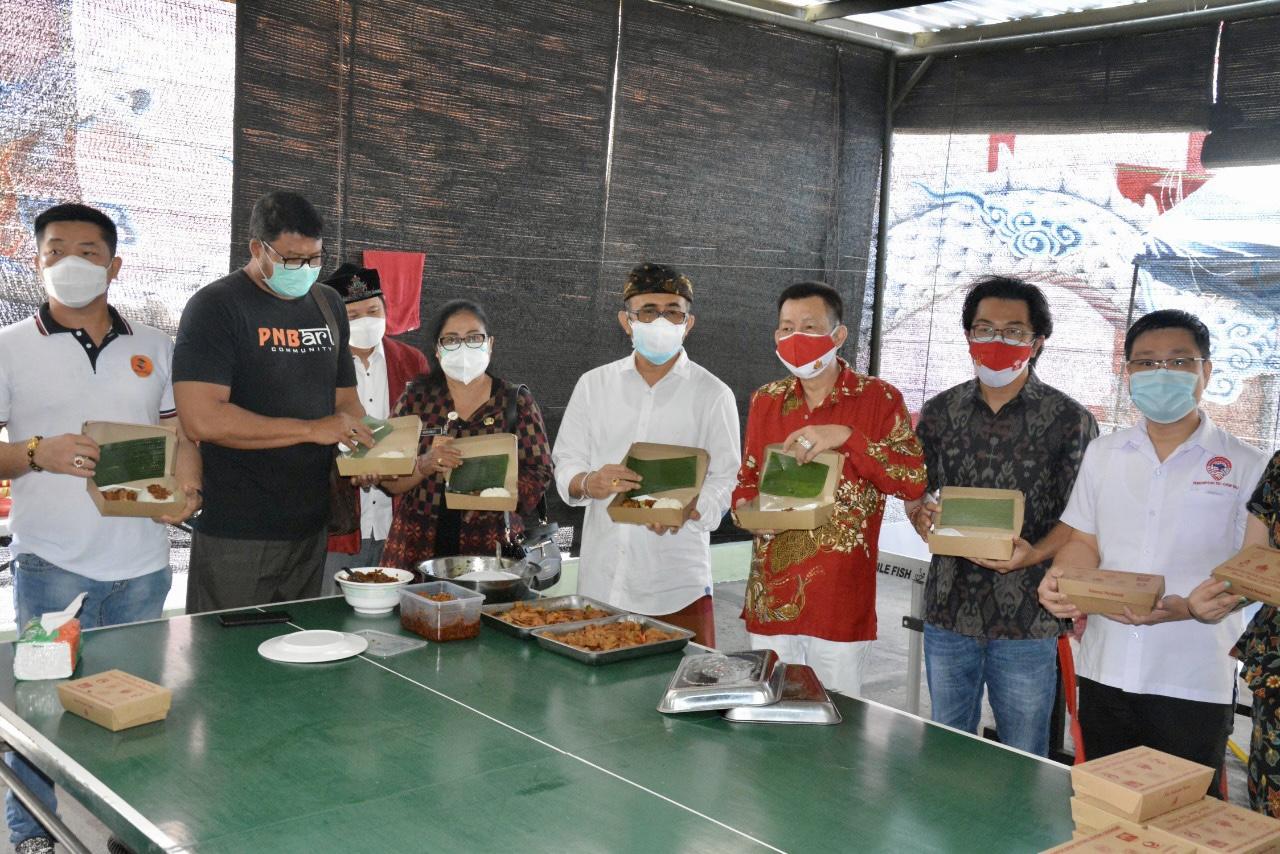 WALI Kota Jaya Negara saat meresmikan dan meninjau Dapur Umum Gotong Royong Kelenteng Maha Grhapati, Denpasar, Selasa (10/8/2021). Foto: ist