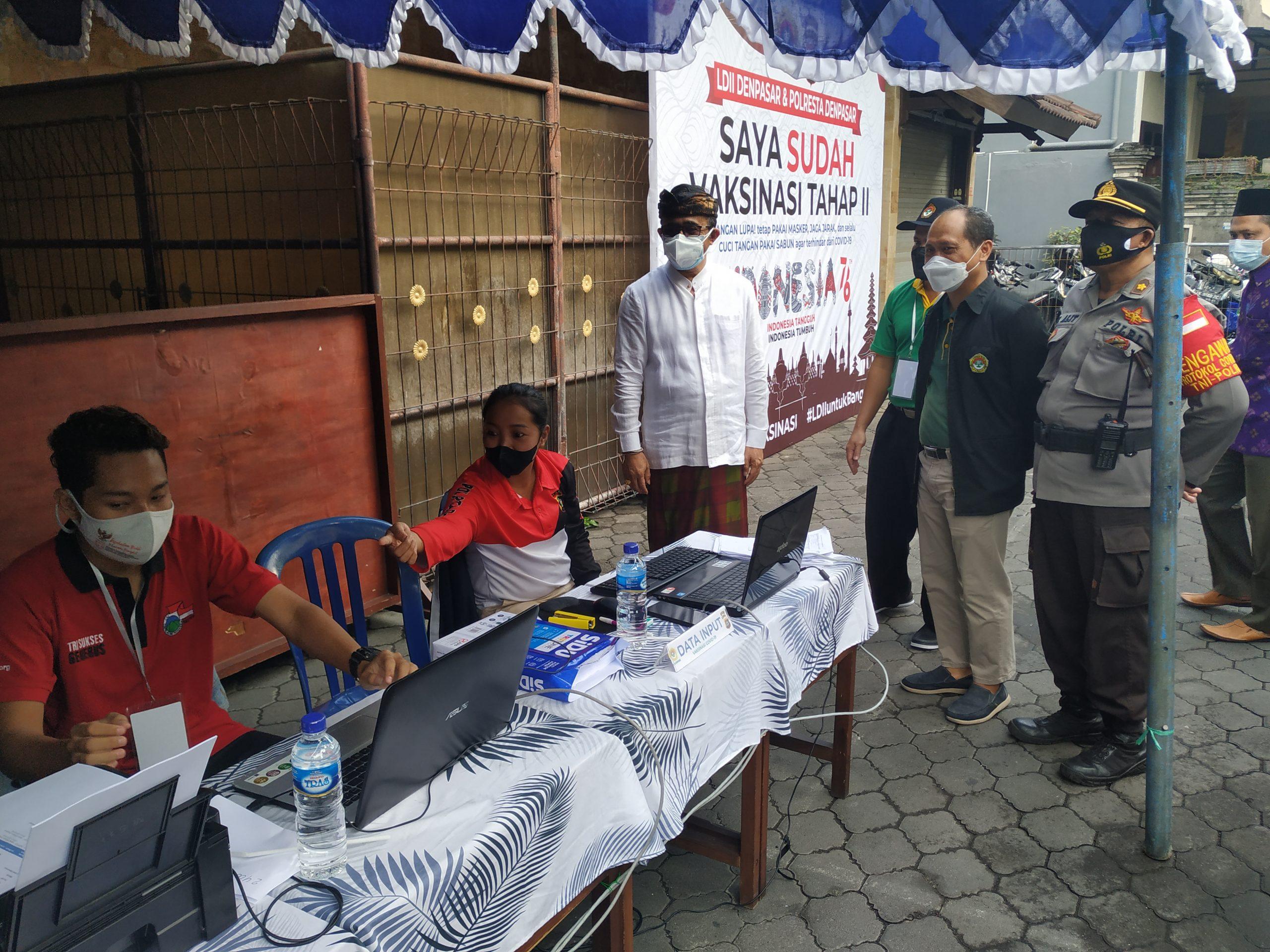 WALI Kota Denpasar, I Gusti Ngurah Jaya Negara, saat meninjau pelaksanaan vaksinasi di Gedung LDII Bali, Kelurahan Padangsambian, Minggu (15/8/2021). Foto: ist