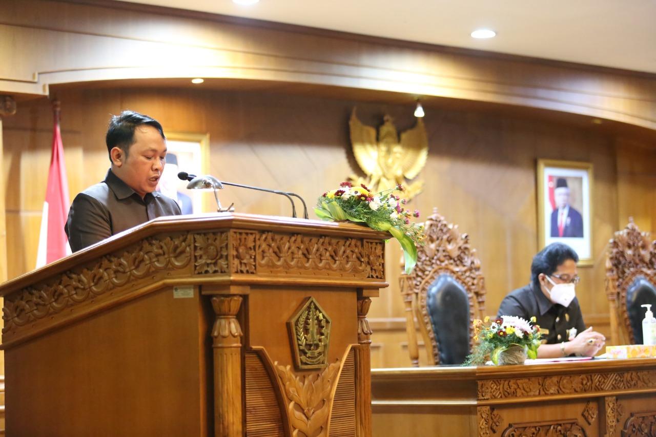 I Gusti Lanang Umbara saat membacakan pemandangan umum saat rapat paripurna DPRD Badung, Senin (23/8/2021). Foto: ist