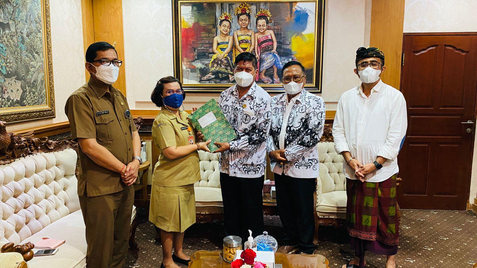 PENYERAHAN secara simbolis bantuan sosial oleh Ketua PGRI Kota Denpasar, I Ketut Suarya, saat melakukan audiensi dengan Wali Kota Denpasar, Senin (23/8/2021). Foto: ist