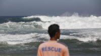 AIR laut di pesisir selatan Bali kembali mengalami pasang, Kamis (12/8/2021) pagi. Di Kuta, air laut meluber hingga ke jalan Pantai Kuta, yang jaraknya 5-7 meter dari bibir pantai. Foto: dok
