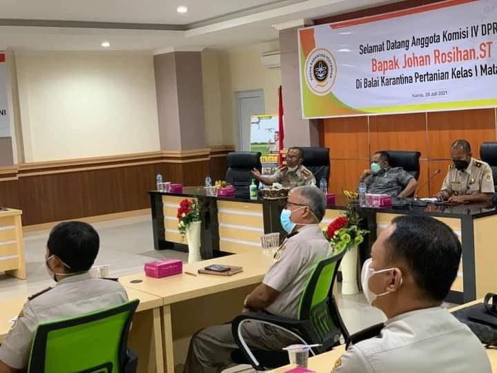 ANGGOTA Komisi IV DPR RI, Johan Rosihan (tengah), saat silaturahmi ke Balai Karantina Pertanian Kelas I Mataram, Senin (9/8/2021). Foto: rul