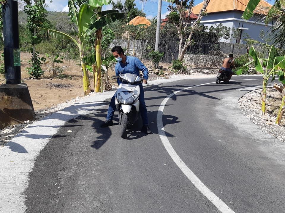 KOMISI II DPRD Klungkung meninjau aspal di ruas jalan Tanglad-Wates, Kecamatan Nusa Penida. Foto: ist