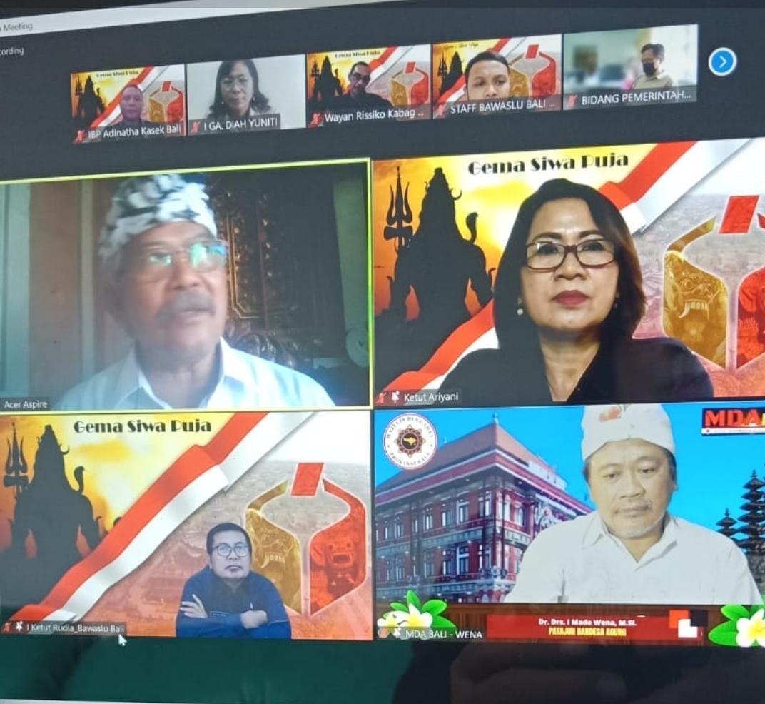 SUASANA audiensi virtual antara Bawaslu Bali dan Majelis Desa Adat (MDA) Provinsi Bali, Senin (9/8/2021). Menggandeng MDA, Bawaslu Bali meluncurkan program Gema Siwa Puja. Foto: ist