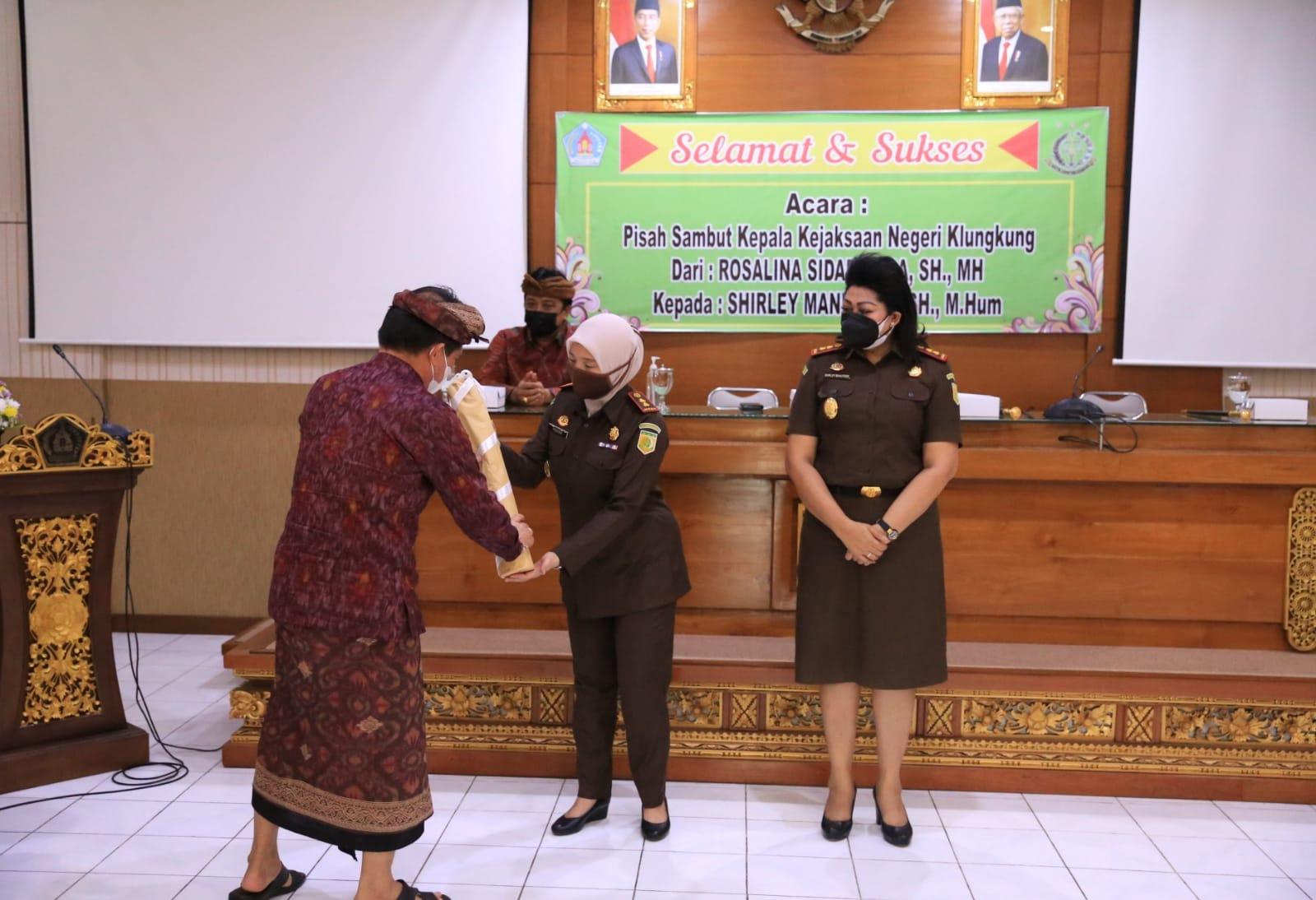 ACARA pisah-sambut Kajari Klungkung dari Rosalina Sidabariba kepada Shirley Manutede di Praja Mandala, kantor Bupati Klungkung, Kamis (5/8/2021). Foto: ist
