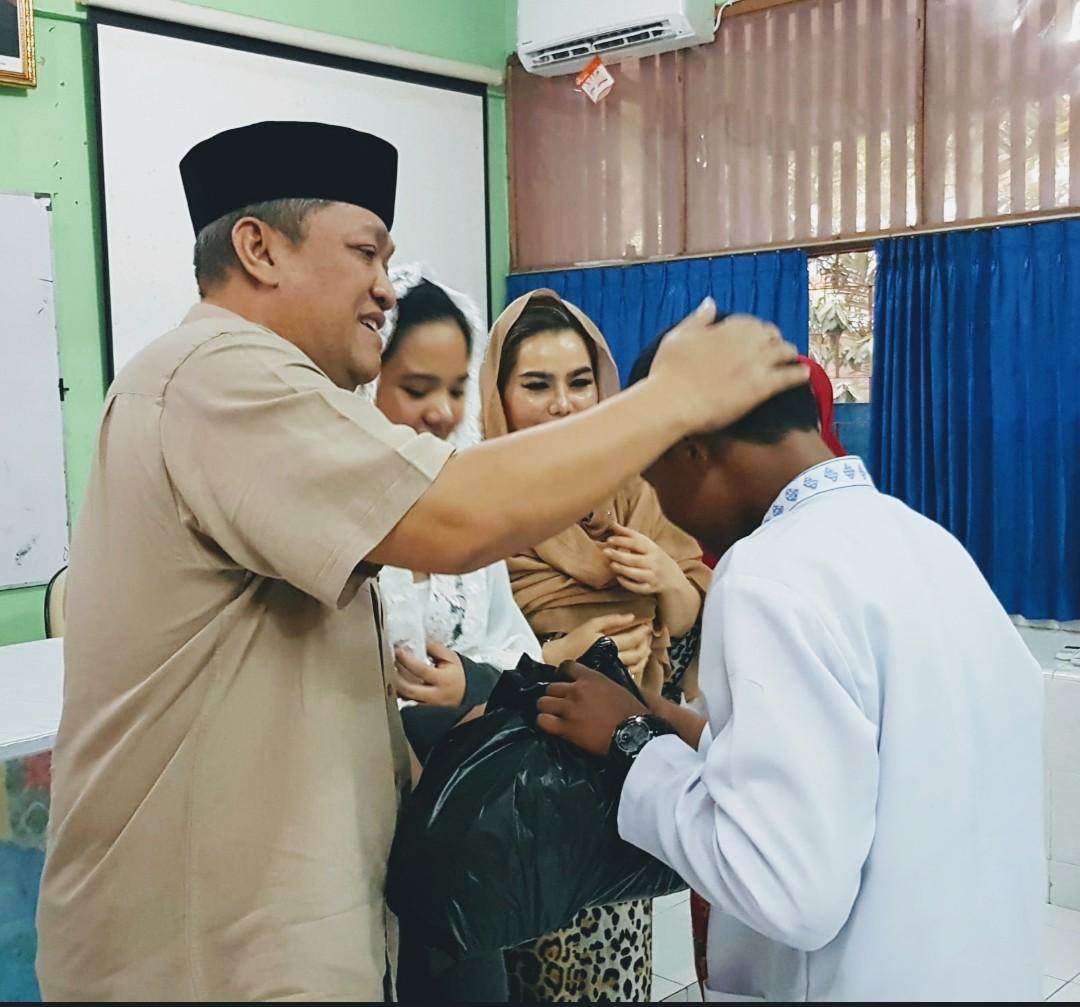 BAMBANG Kristiono (HBK) bersama istri saat memberi santunan kepada anak yatim di Pulau Lombok, beberapa waktu lalu. Foto: rul
