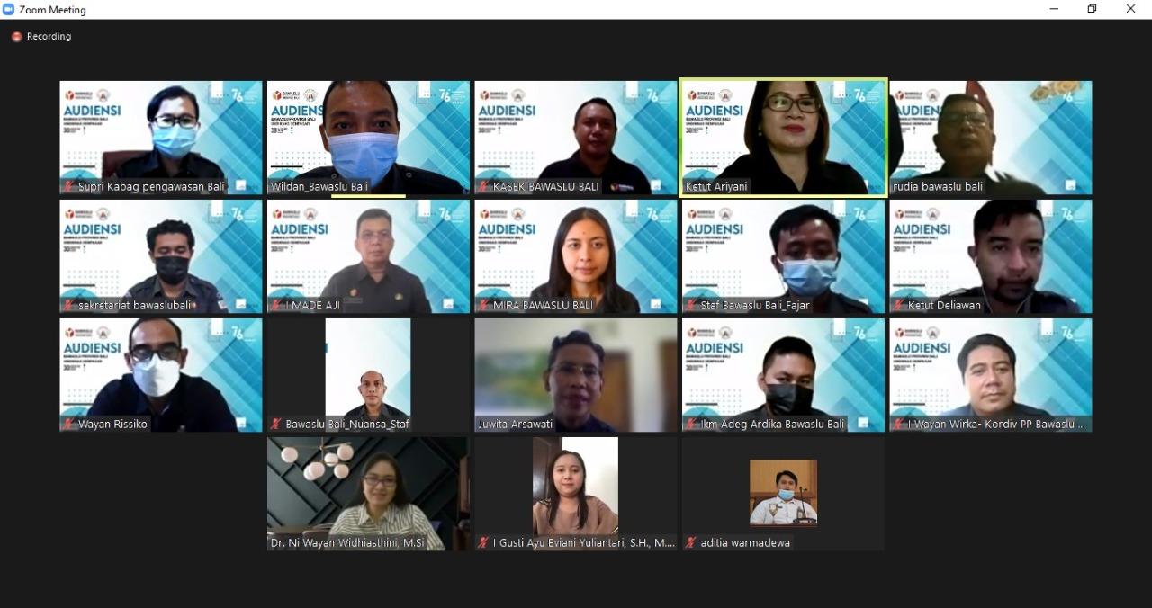AUDIENSI daring antara Bawaslu Bali dengan civitas akademika Undiknas Denpasar membahas kerjasama magang mahasiswa di Bawaslu Bali, Senin (30/8/2021). Foto: ist