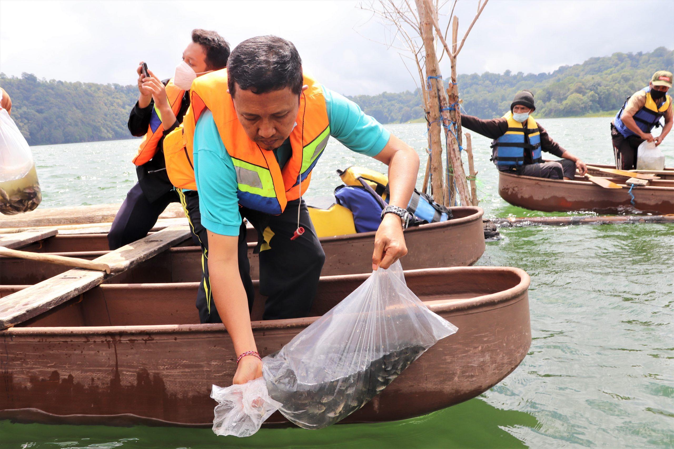 PENEBARAN bibit ikan di Danau Tamblingan, Buleleng. Foto: rik