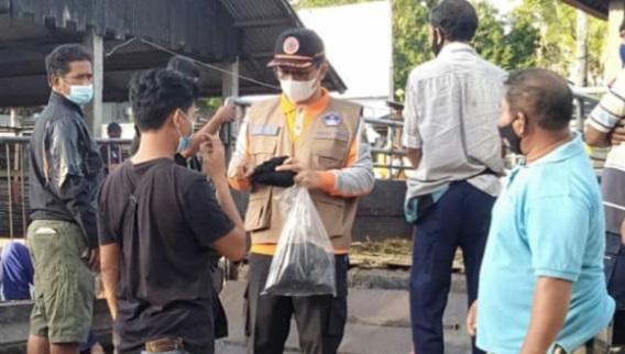 BPBD Karangasem bersama para relawan Forum Pengurangan Risiko Bencana (FPRB) membagikan masker kain kepada masyarakat, Minggu (22/8/2021). Foto: ist
