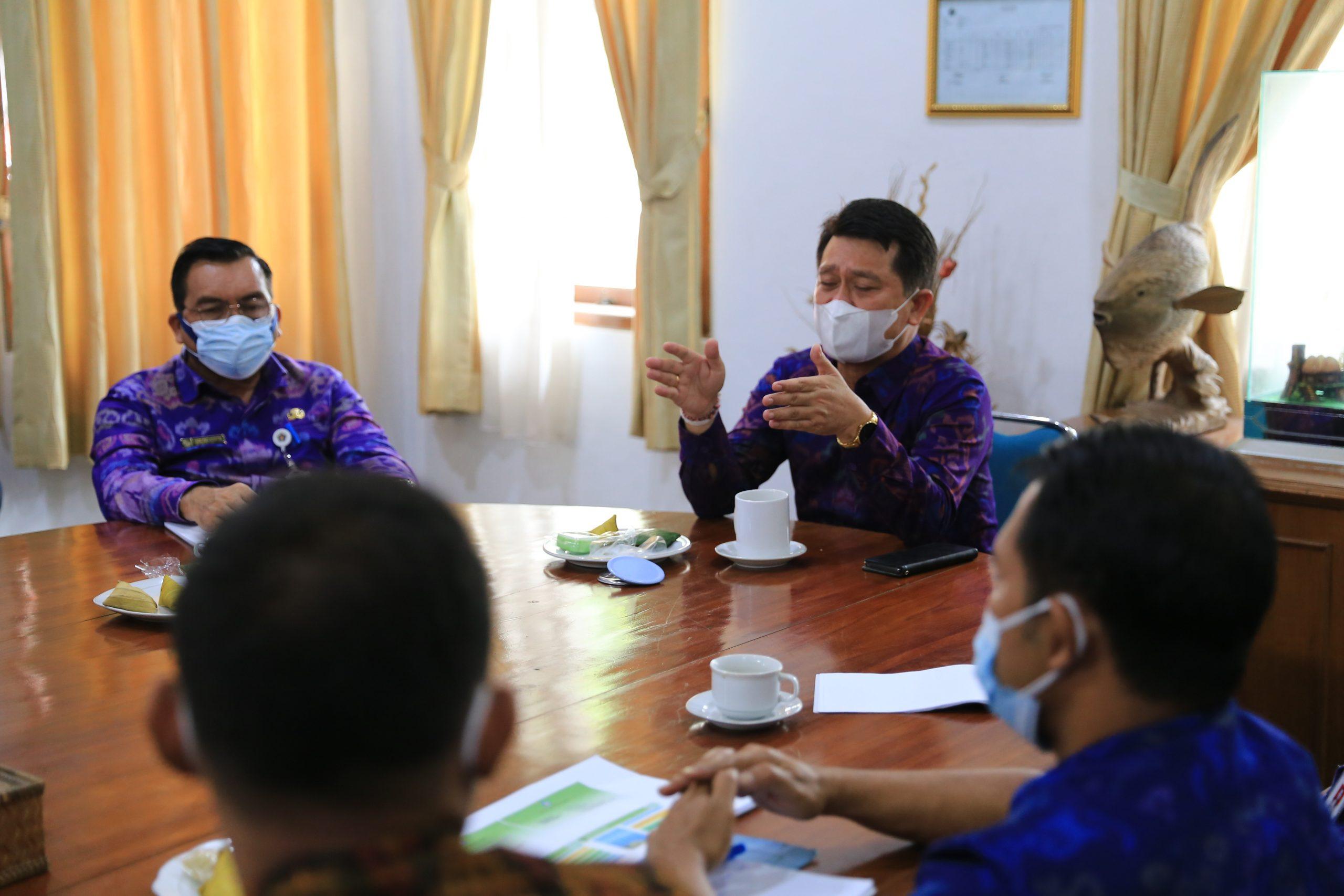 BUPATI Suwirta memimpin rapat penataan sembilan objek wisata andalan di Nusa Penida, Selasa (24/8/2021). Foto: ist