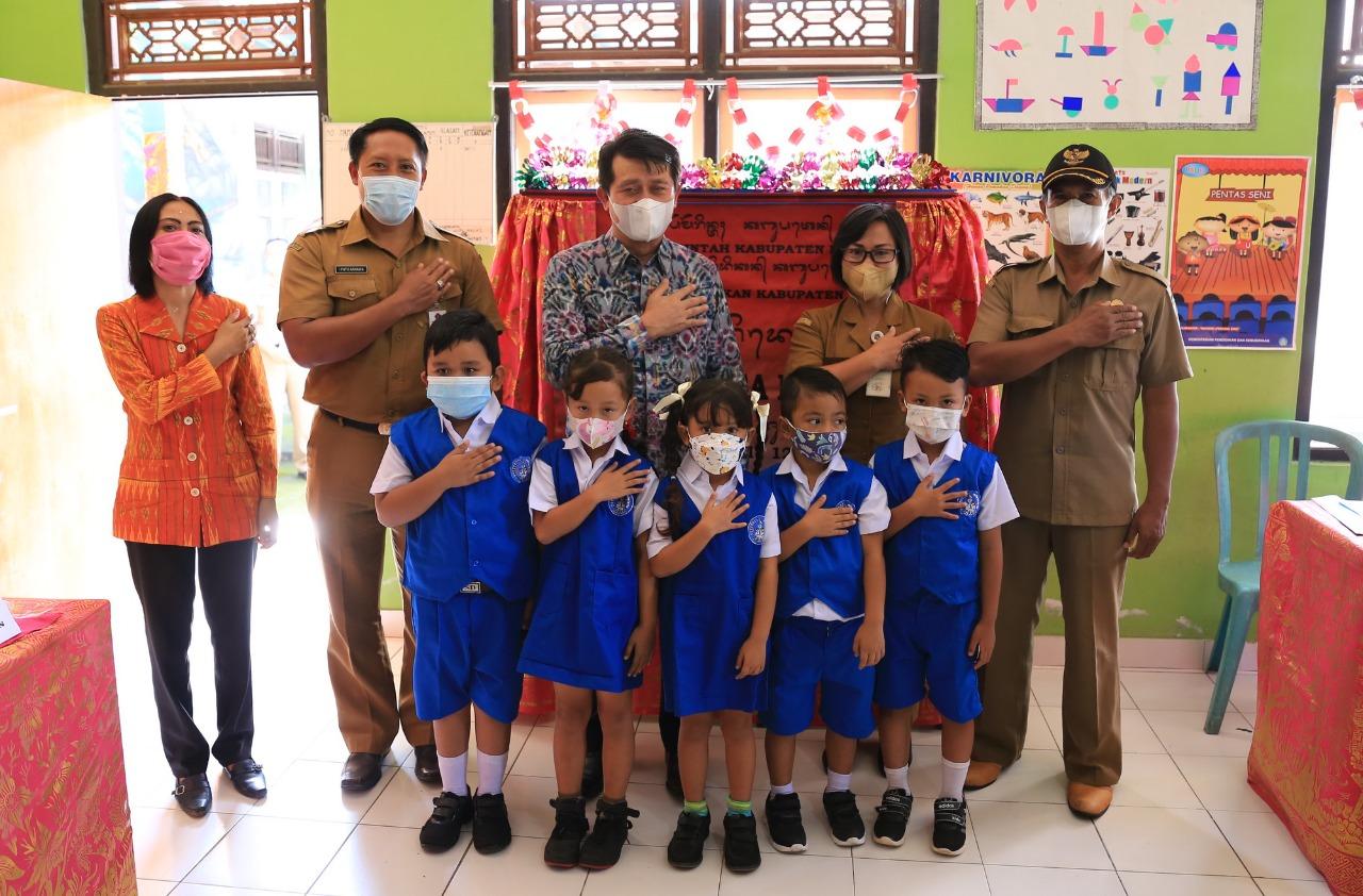 BUPATI Suwirta meresmikan penegerian tiga TK di Kecamatan Klungkung, Senin (9/8/2021). Foto: ist