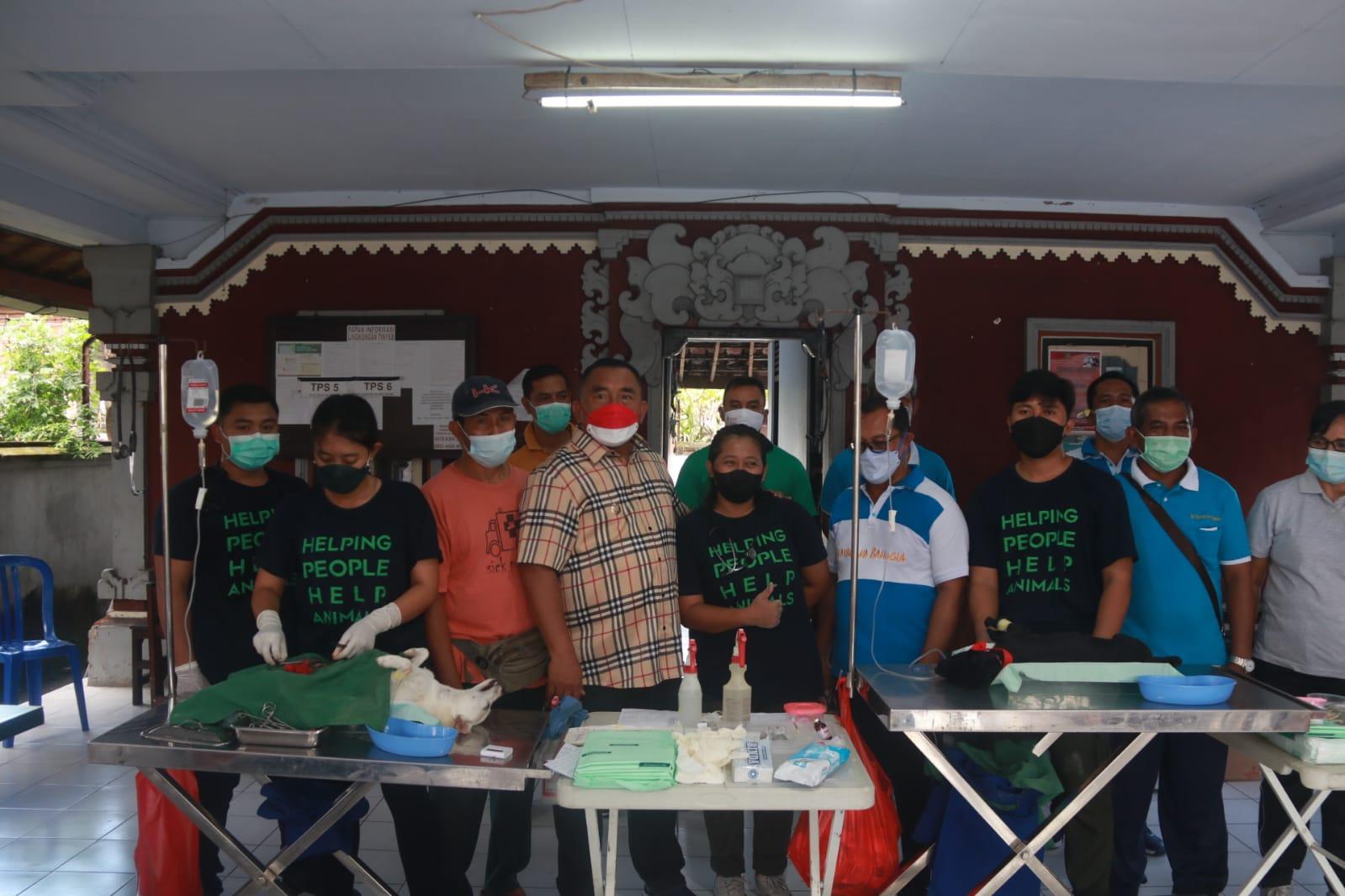 BUPATI Tamba saat memantau sterilisasi dan vaksinasi rabies terhadap anjing dan kucing milik warga. Foto: ist
