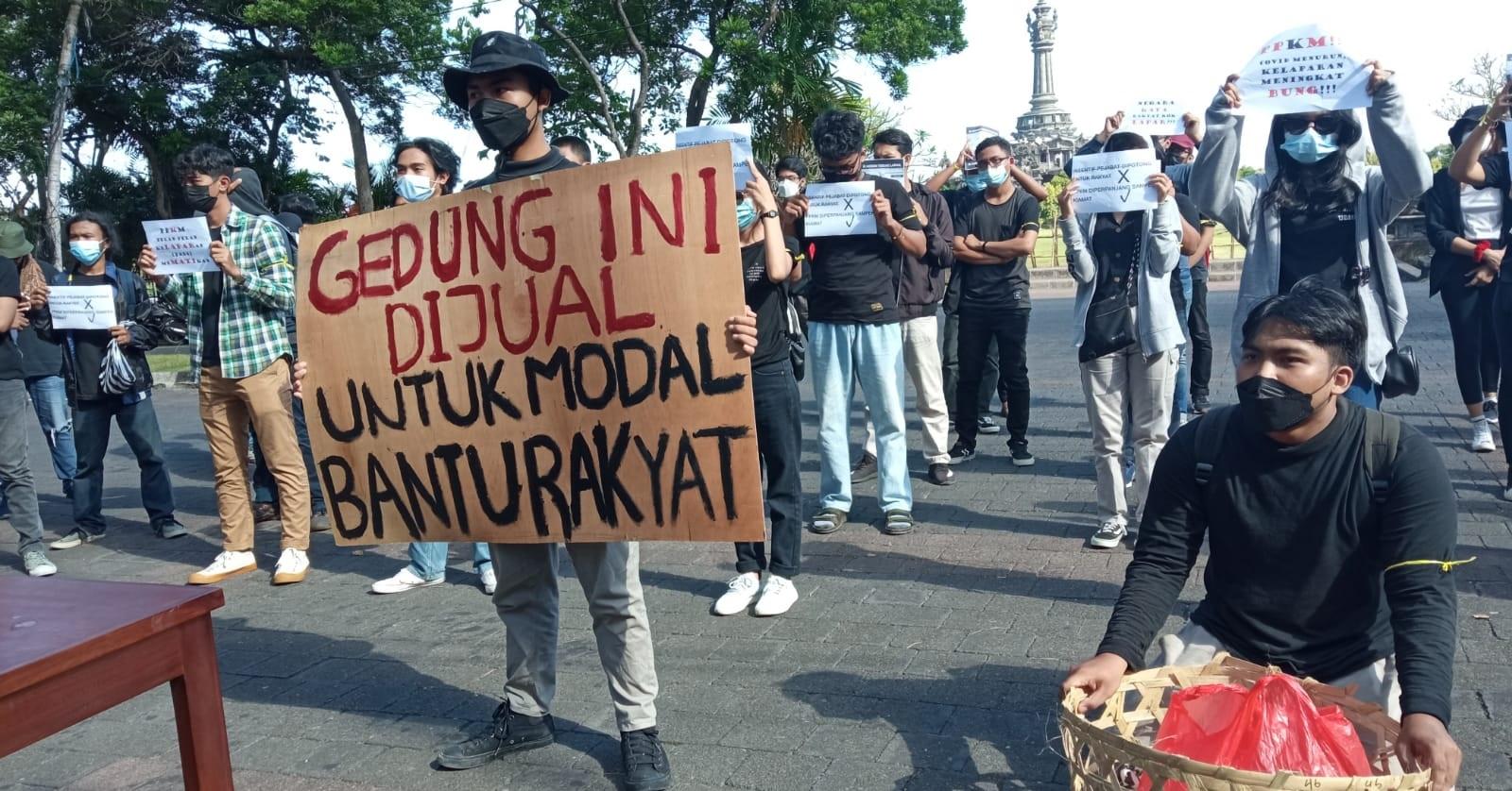 PULUHAN mahasiswa yang tergabung dalam Badan Eksekutif Mahasiswa (BEM) Universitas Udayana bersama Aliansi BEM Se-Bali menggelar aksi damai di depan Kantor Gubernur Bali, Senin (23/8/2021). Foto: ist