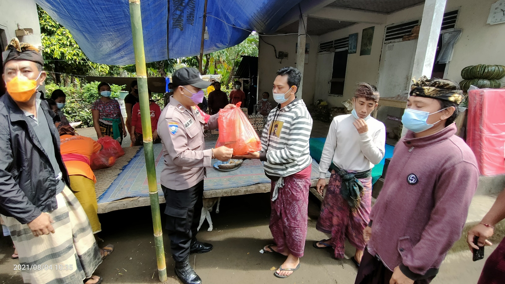 BANTUAN kepada korban musibah tanah longsor di Desa Menanga, Kecamatan Rendang, Karangasem, datang dari berbagai kalangan. Foto: ist