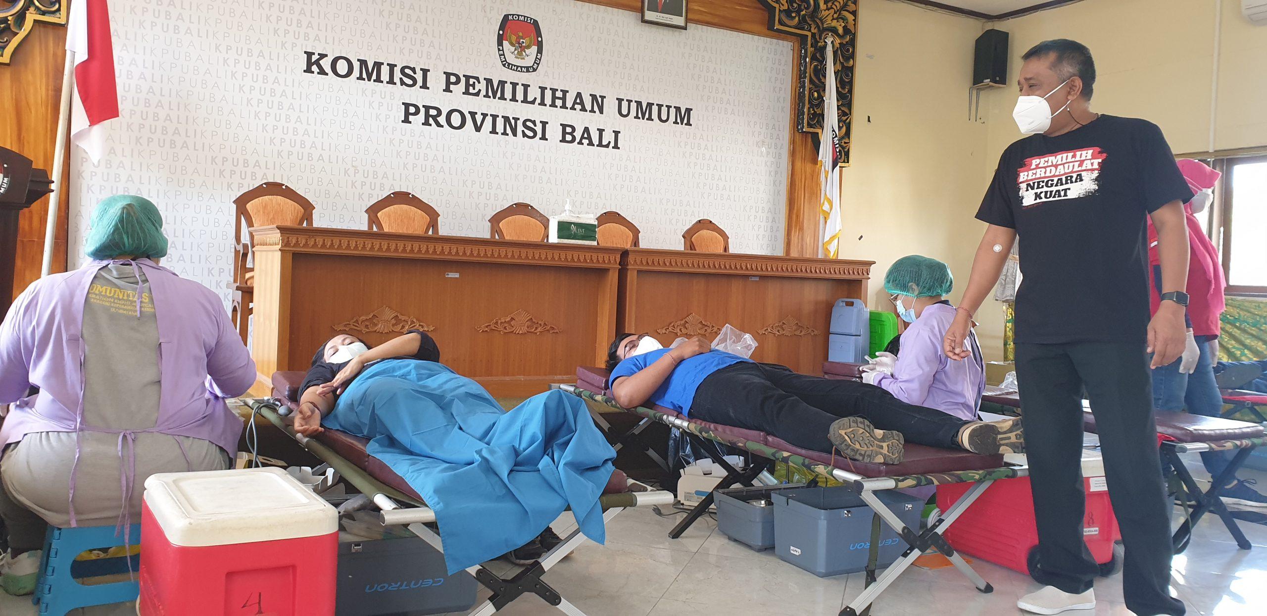 KETUA KPU Bali, I Dewa Agung Gede Lidartawan, memantau proses donor darah di KPU Bali, Rabu (25/8/2021). Foto: hen