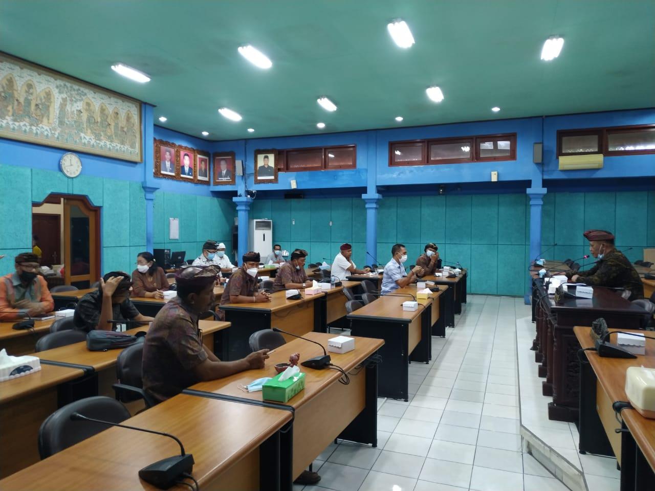 DPRD Klungkung melaksanakan rapat internal dipimpin Ketua DPRD, Anak Agung Gde Anom, Kamis (12/8/2021). Foto: ist
