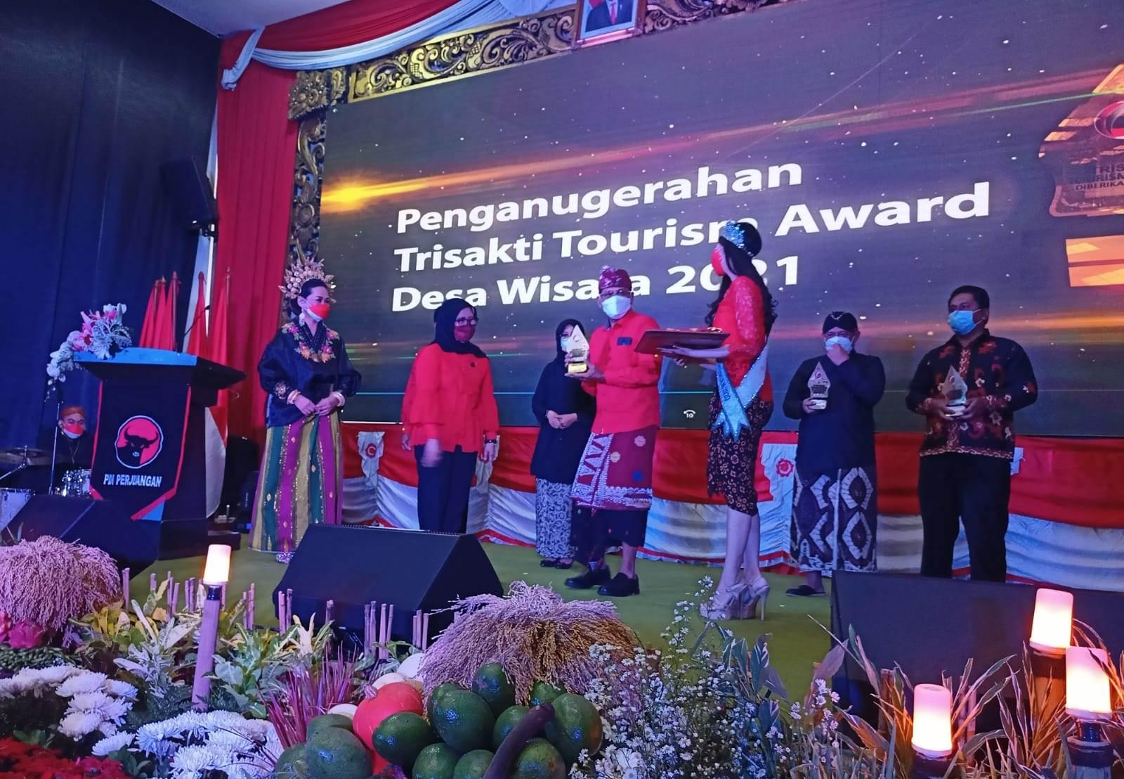 DESA Pujungan, Kecamatan Pupuan, Tabanan, meraih penghargaan Trisakti Tourism Award 2021. Penghargaan tersebut diterimakan kepada Asisten Perekonomian dan Pembangunan, I Wayan Kotio, di Jakarta, baru-baru ini. Foto: ist