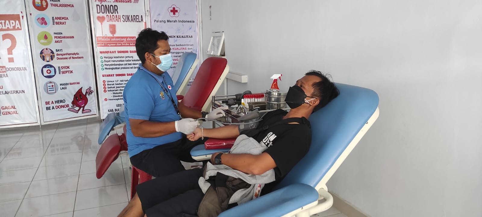 KEGIATAN donor darah di kantor UDD PMI Buleleng. Foto: rik
