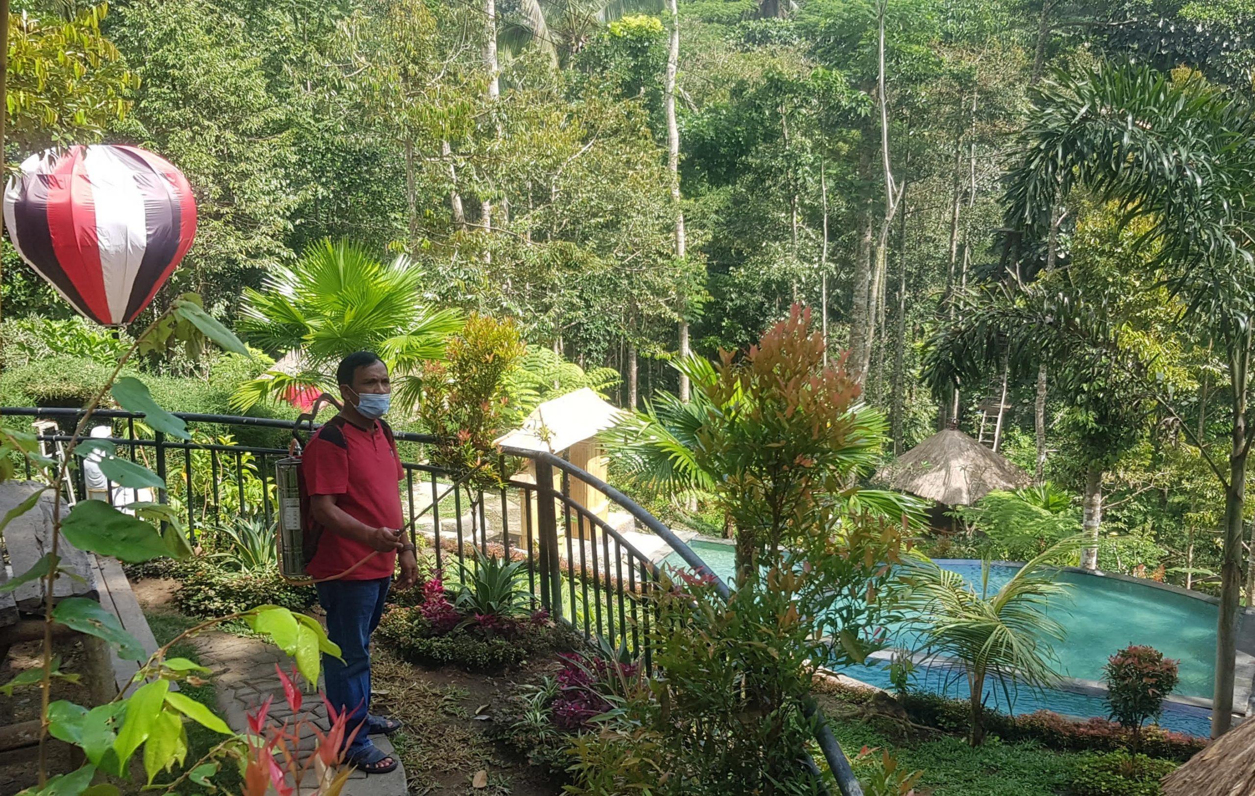 KETUA DPRD Gianyar menyemprotkan disinfektan organik Eco Enzyme di Pade Wareg Eco Park. Foto: adi