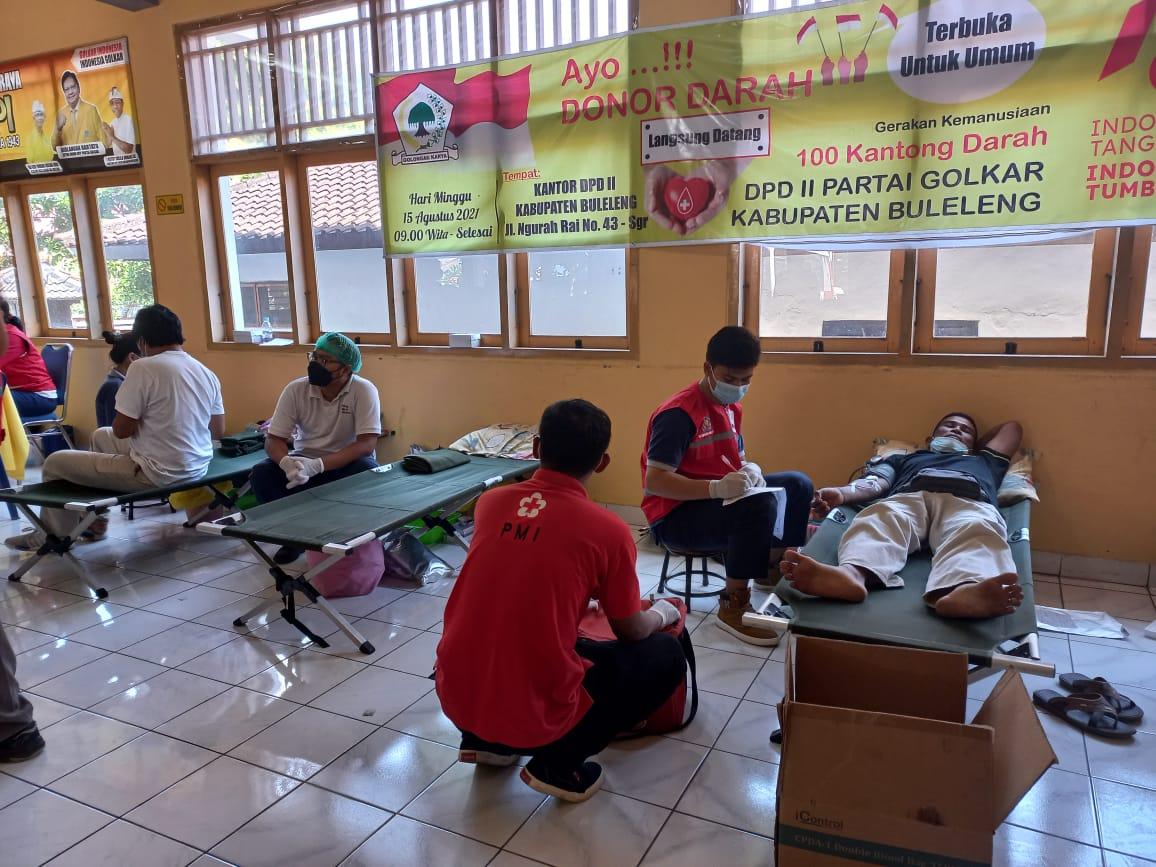 KEGIATAN Aksi donor darah yang diselenggarakan pengurus DPD II Golkar Buleleng, bertempat di Sekretariat Golkar Buleleng, Minggu (15/8/2021). Foto: rik
