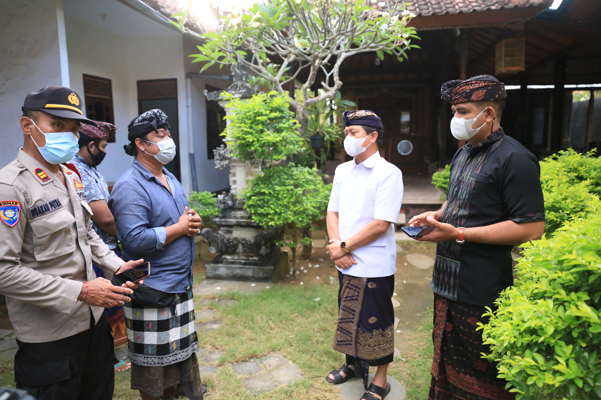 BUPATI Suwirta monitoring rencana penyiapan lokasi isolasi terpusat pasien Covid-19 di Kecamatan Nusa Penida, Minggu (15/8/2021). Foto: ist