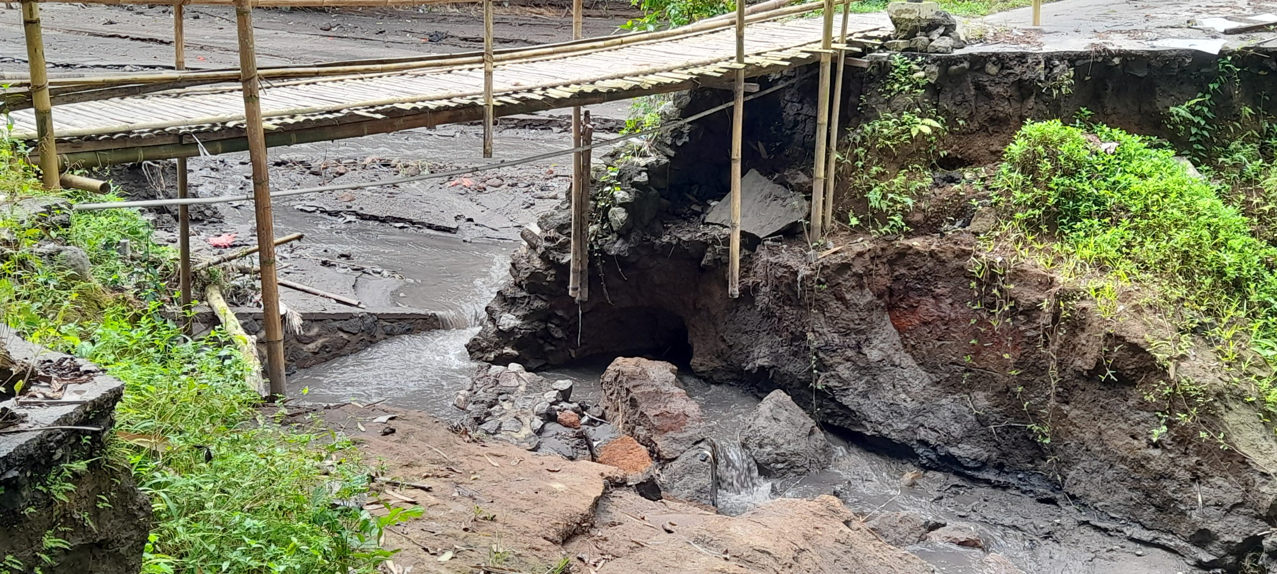 JEMBATAN bambu yang dibangun warga Lingkungan Tegallalang, Kelurahan Kawan, lagi hancur dihantam banjir bandang. Foto: ist