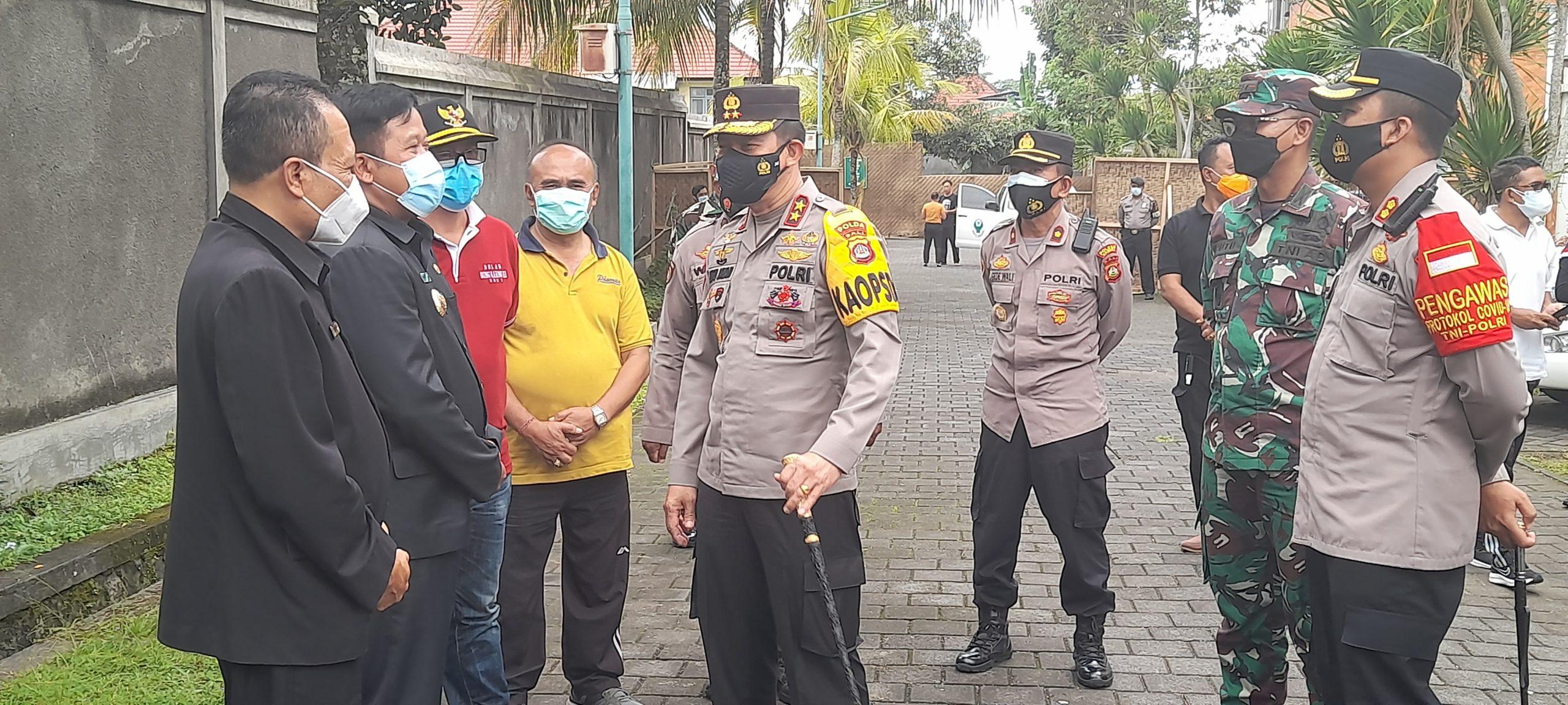 KAPOLDA Bali, Irjen Putu Jayan Danu Putra, meninjau isoter desa di Banjar Bunutin, Desa Bunutin, Kecamatan Bangli, Jumat (20/8/2021). Foto: ist