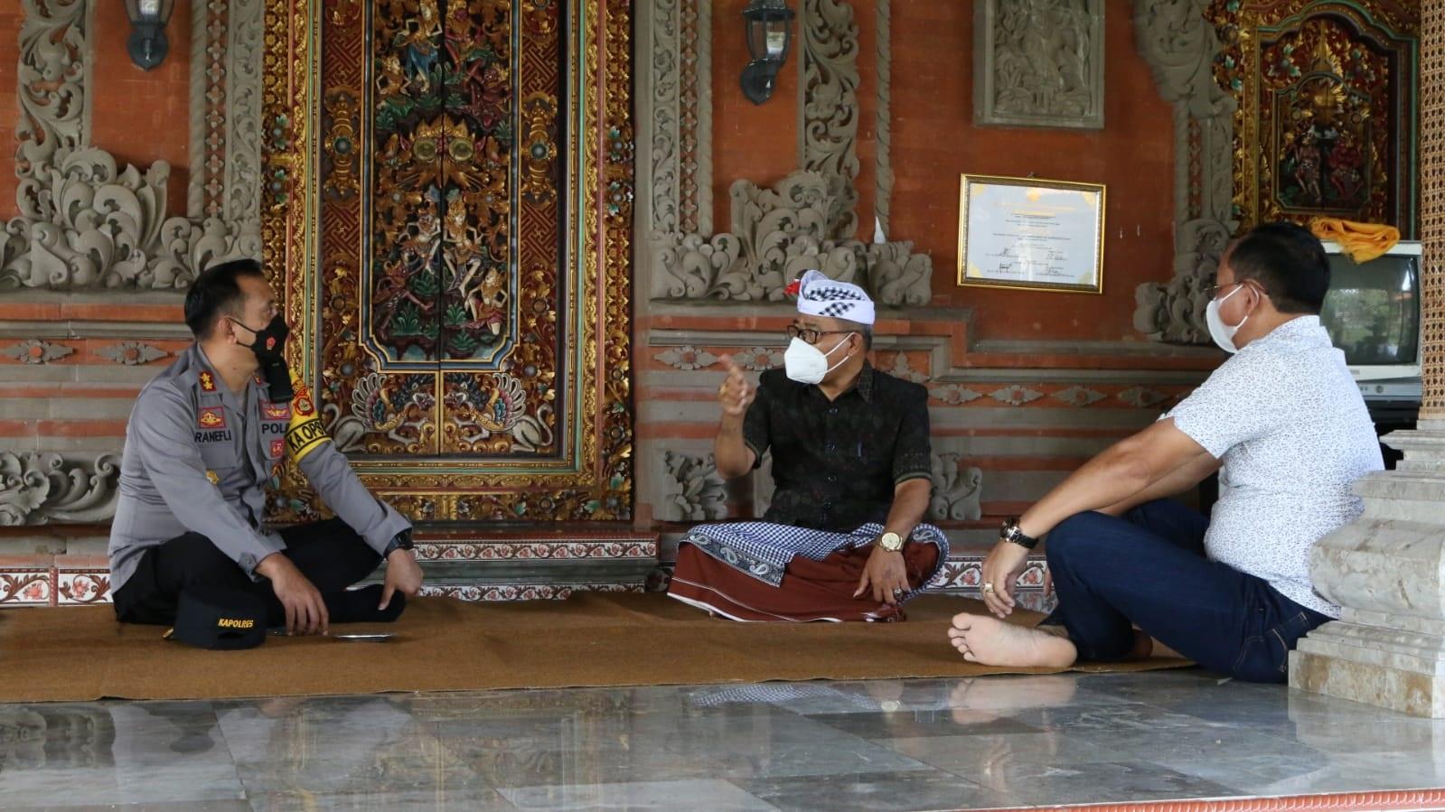 KAPOLRES Tabanan, AKBP Ranefli Dian Candra, melaksanakan kunjungan silaturahmi ke kediaman Ketua PHDI Kabupaten Tabanan, I Wayan Tontera, di Kelating, Kecamatan Kerambitan, Jumat (20/8/2021). Foto: ist