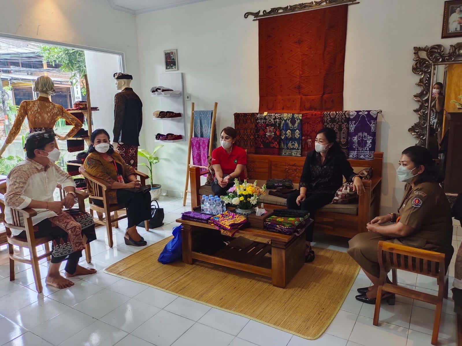 KETUA Dekranasda Kota Denpasar, Sagung Antari Jaya Negara, bersama Ayu Kristi Arya Wibawa saat meninjau Rumah Belanja Denpasar. Foto: ist