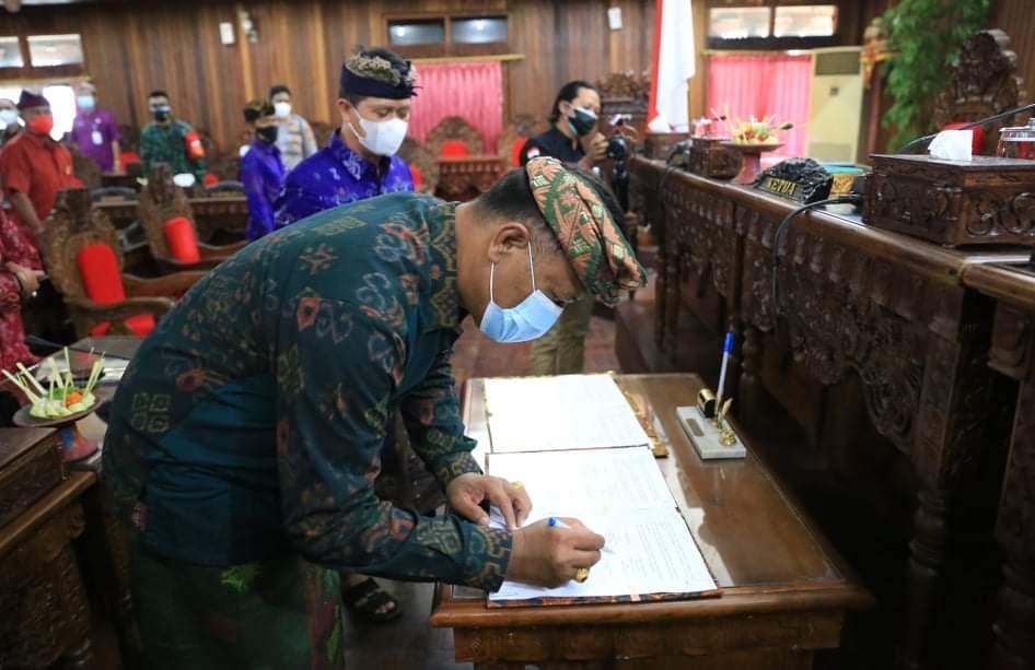 KETUA DPRD Klungkung, Anak Agung Gde Anom, menandatangani Nota Kesepakatan KUA dan PPAS Anggaran Tahun Induk 2022 di Ruang Sabha Nawa Natya, Kantor DPRD Klungkung, Senin (23/8/2021). Foto: ist