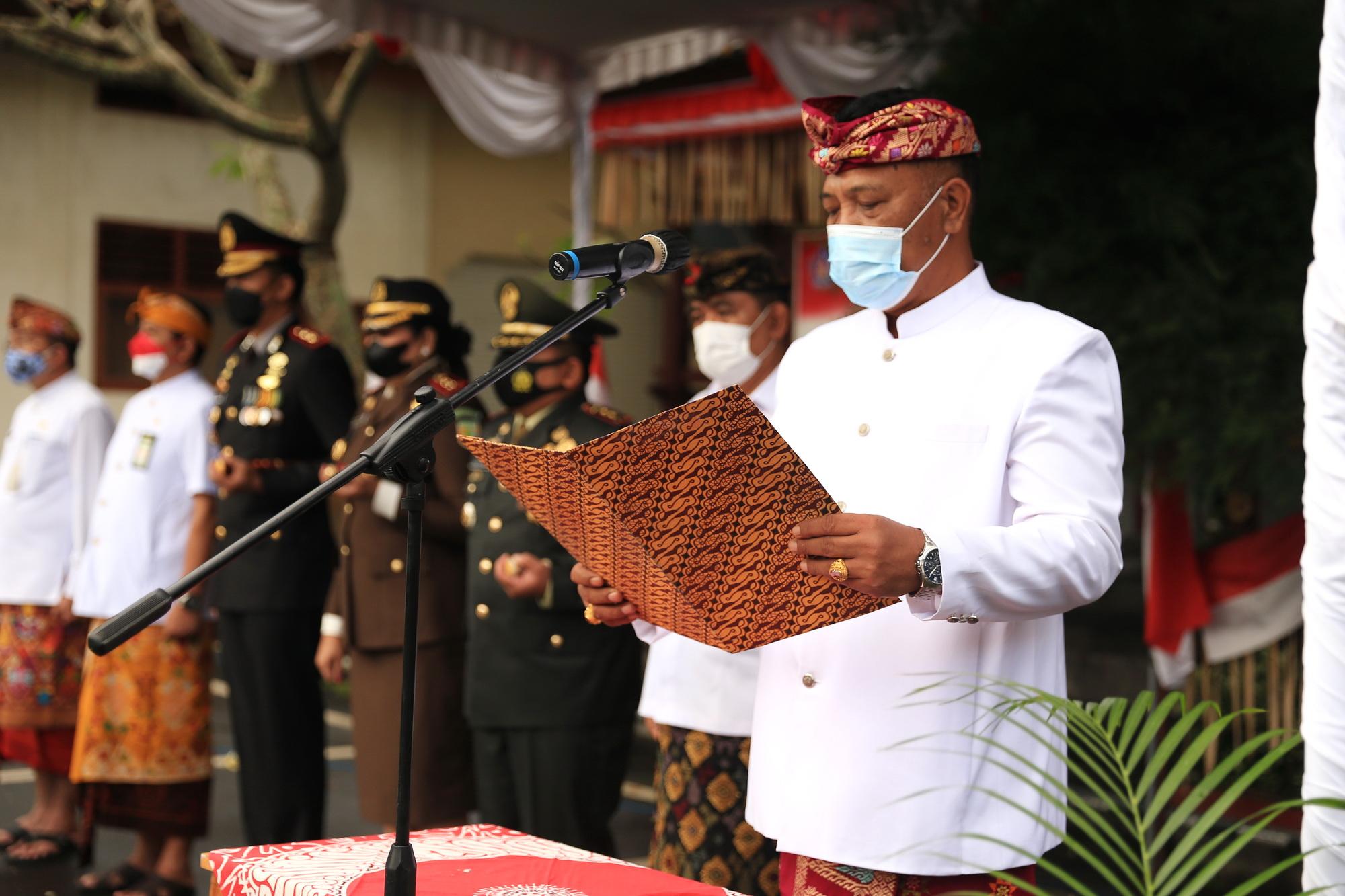 KETUA DPRD Kabupaten Klungkung, AA Gde Anom, membacakan naskah Proklamasi di Hari Kemerdekaan Republik Indonesia ke-76 di halaman belakang kantor Bupati Klungkung, Selasa (17/8/2021). Foto: ist