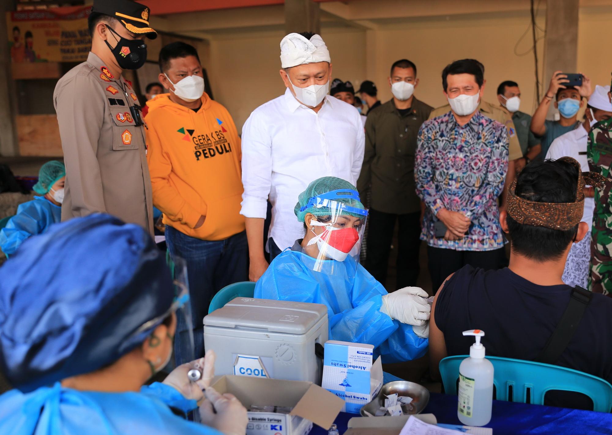 KETUA MPR RI, Bambang Soesatyo, meninjau vaksinasi di beberapa lokasi di wilayah Kecamatan Banjarangkan, Senin (9/8/2021). Foto: ist