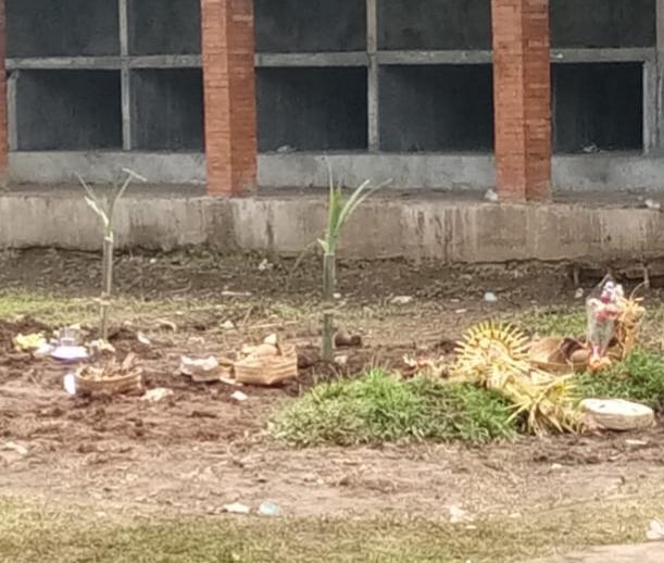 DUA jenazah warga yang terkonfirmasi positif Covid-19 di Tengkulak Kaja, Desa Kemenuh, Sukawati, Gianyar tertukar saat diambil akhirnya dikubur berdampingan. Foto: ist