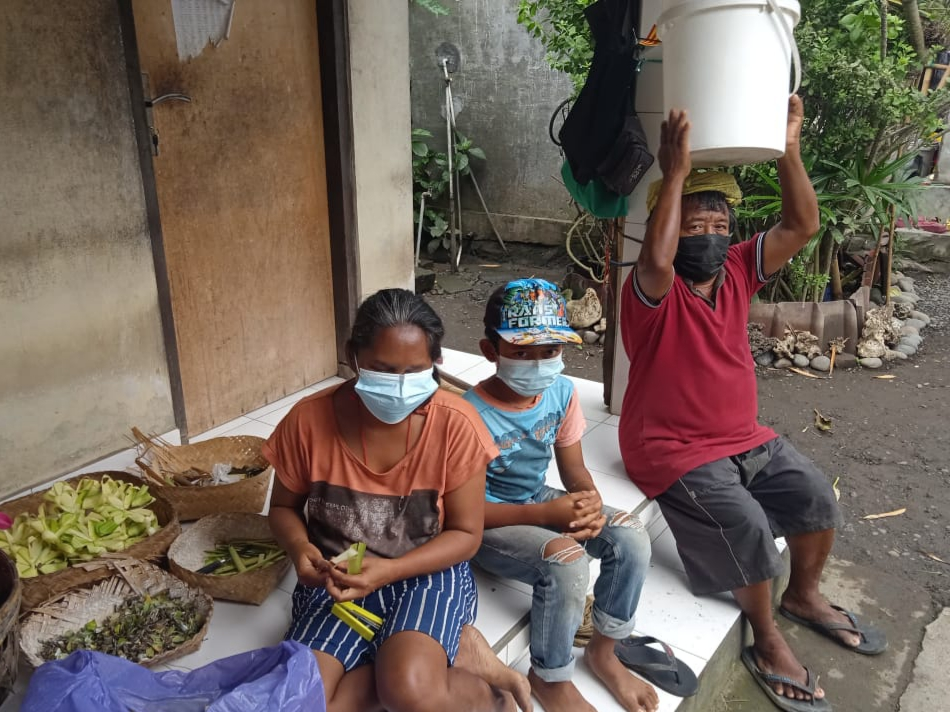 KESEHARIAN pasutri tunanetra, I Wayan Warka dan Ni Made Tangen, bersama anaknya, I Wayan Widiasa, di Banjar Saba, Desa Saba, Blahbatuh. Foto: adi