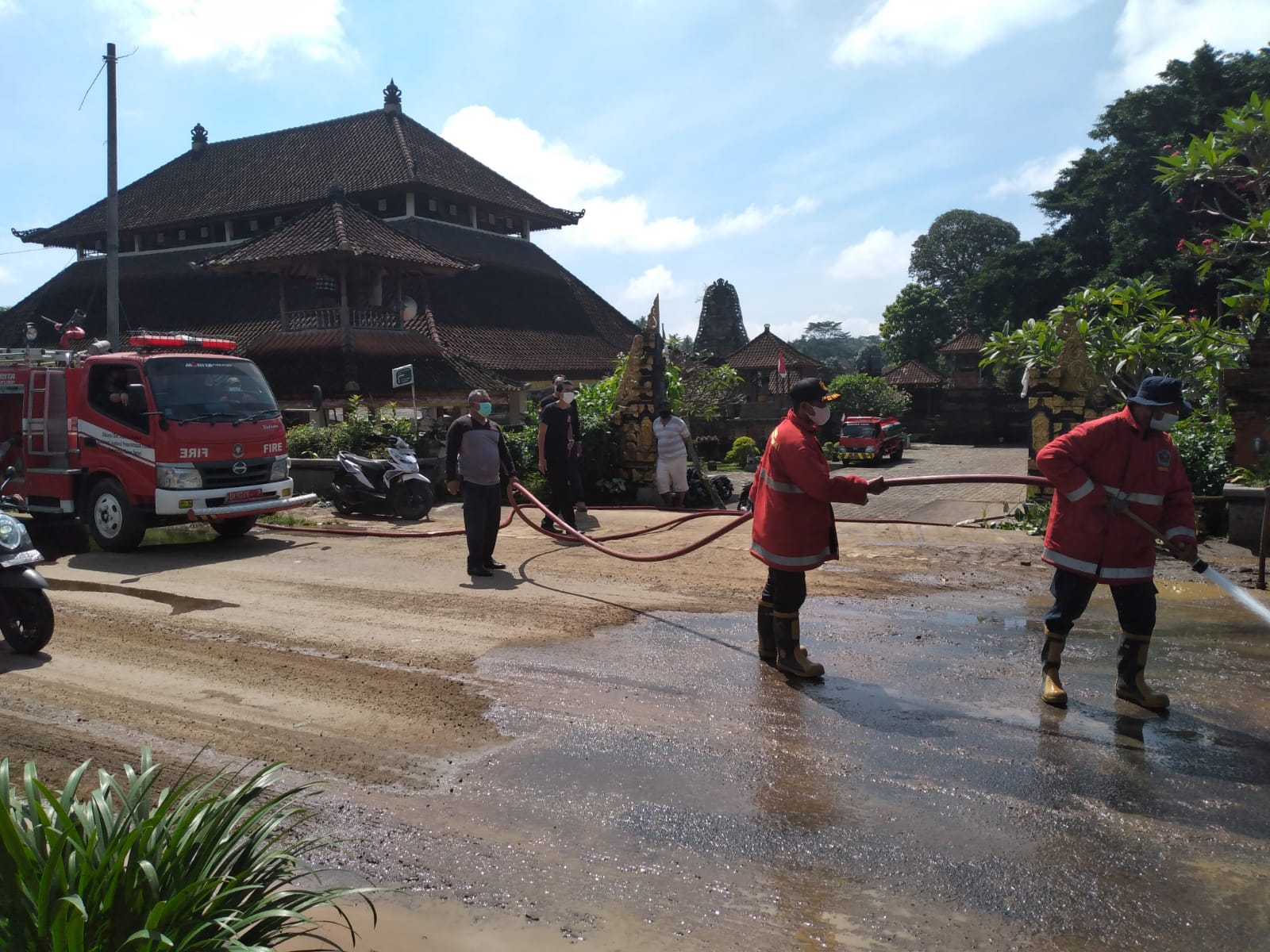 MATERIAL longsor dari tebing di Dusun Guliang Kawan, Desa Bunutin, Kecamatan Bangli dibersihkan Dinas PUPR-Perkim Bangli dibantu Dinas PU Provinsi Bali, Damkar Bangli dan Damkar Gianyar. Foto: ist
