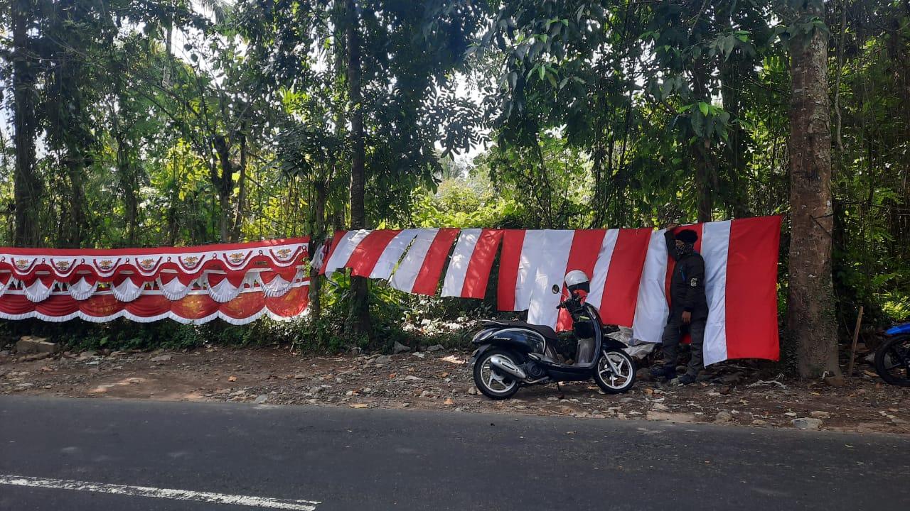 PENJUAL atribut merah putih musiman di Bangli, sepi pembeli, dan penurunan omzet menyentuh sampai 95 persen. Foto: gia