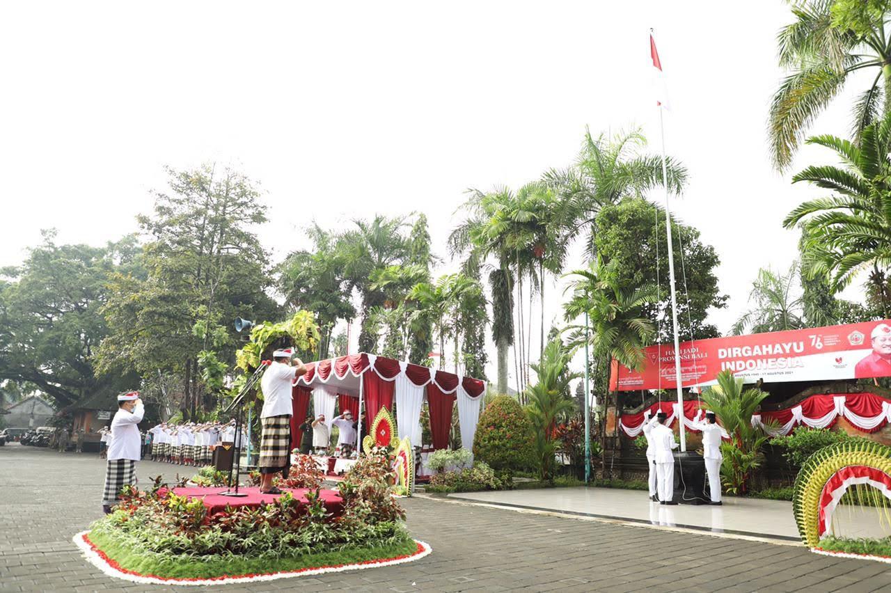 PERINGATAN ke-76 tahun kemerdekaan Indonesia tahun 2021 di Kabupaten Gianyar, dilangsungkan sangat sederhana di halaman kantor Bupati Gianyar, Selasa (17/8/2021). Foto: adi