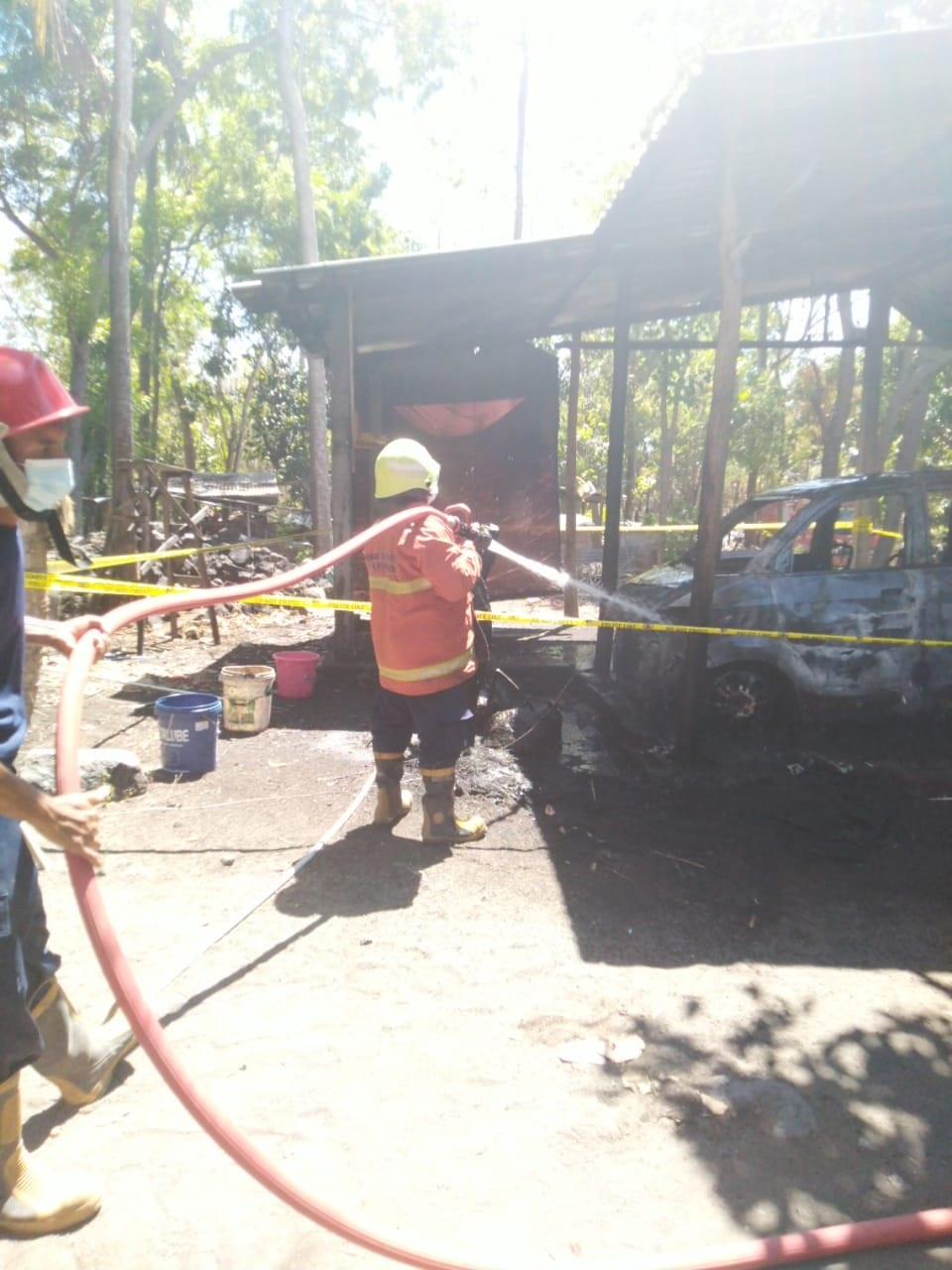 MOBIL Suzuki APV DK 1985 AAB yang diparkir di garasi Made Putu Sarjana di Banjar Dinas Lebah, Desa Sukadana, Kubu, Karangasem hangus terbakar, Rabu (11/8/2021). Foto: ist