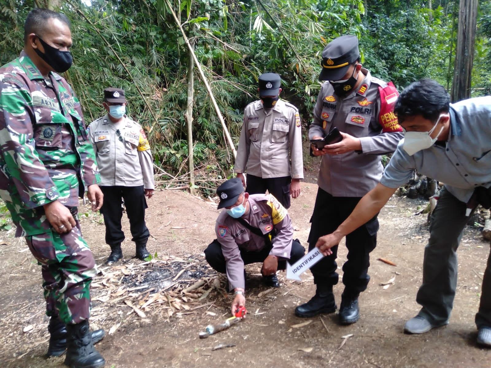 BENDA yang diduga peluru mortir peninggalan zaman Perang Dunia II, ditemukan warga di Banjar Dinas Jegu Tengah, Desa Jegu, Kecamatan Penebel, Tabanan, Rabu (11/8/2021). Foto: ist