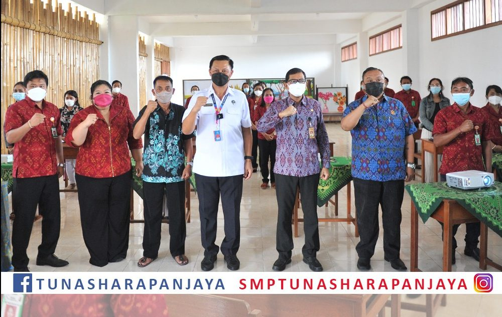 KEPALA BNN Provinsi Bali, Brigjen Pol Gde Sugianyar Dwi Putra, bersama Plt Kadisdikpora Kota Denpasar, IGN Eddy Mulya, saat pelatihan soft skill di SMP Tunas Harapan Jaya. Foto: ist