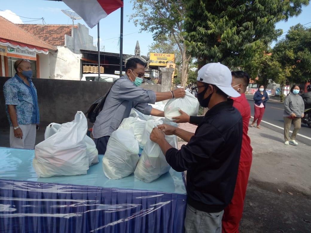 PENGURUS Nasdem Buleleng saat membagikan beberapa paket sayur mayur kepada masyarakat. Foto: rik