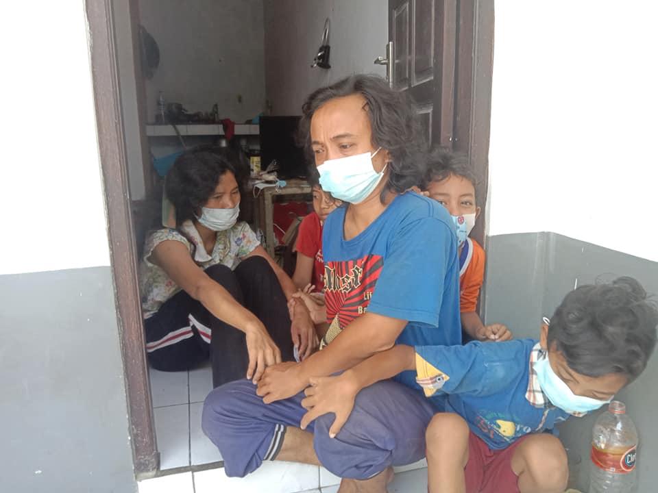 NI Wayan Dewi Gita Segarti didampingi I Wayan Budiyasa dan ketiga anaknya saat ditemui di tempat kosnya. Foto: rap